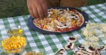 Un chef intenta cocinar una pizza con tan solo el calor de su coche